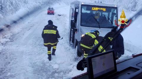 Le Marche sotto una coltre di neve: disagi, scuole chiuse e